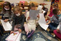 Předávání-výpisu-z-vysvědčení-v-prvních-třídách-01